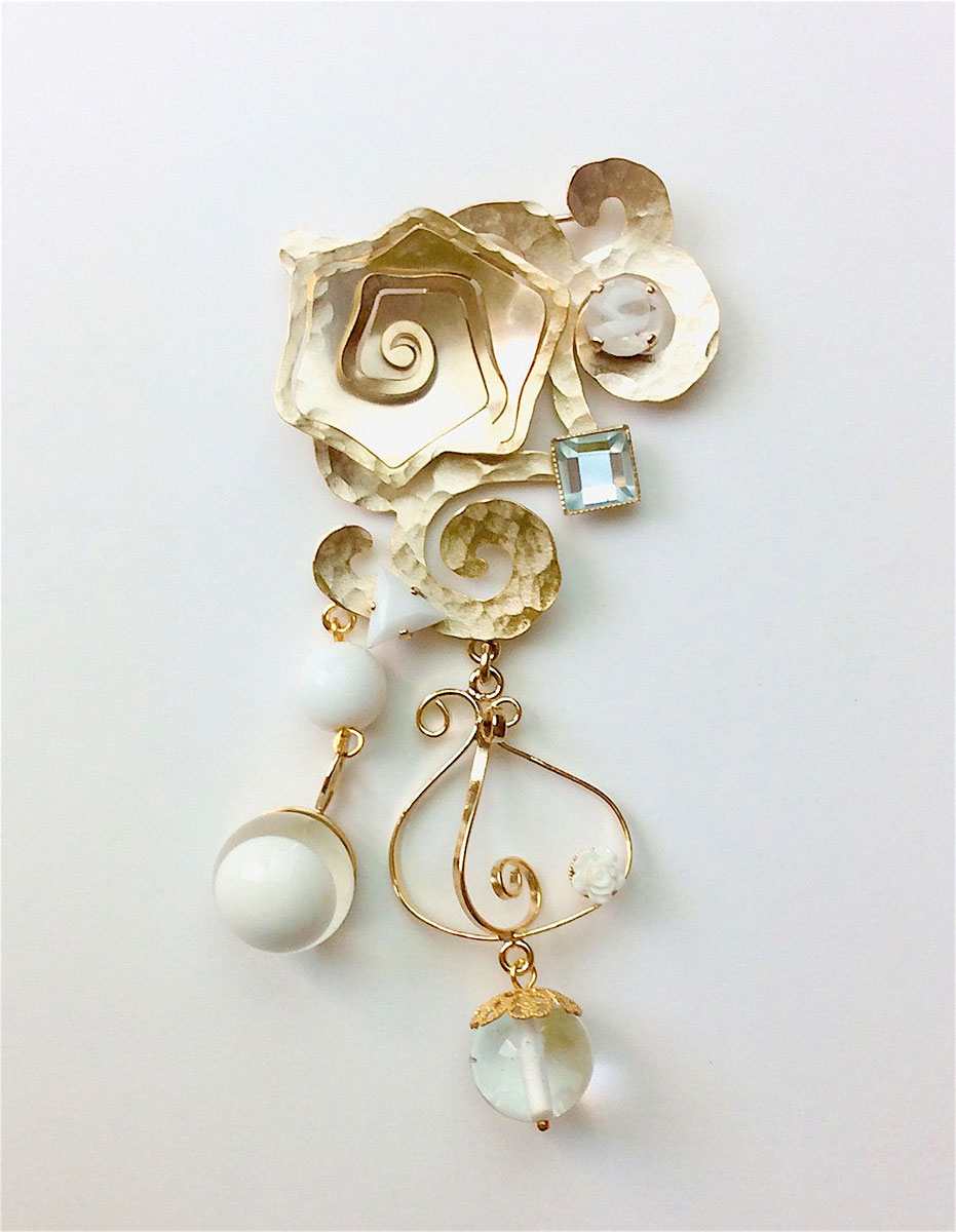 broche BrC01 de la collection Cristallisation en laiton light gold, cabochons en verre ou résine, perles en verre cristal.